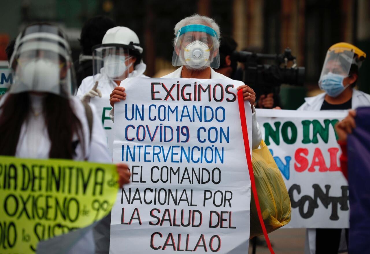 Grupos de médicos protestan en Lima, Perú, el 26 de agosto de 2020 para reclamar el aumento del presupuesto al sector de la salud, la mejora de las condiciones laborales y el suministro de insumos en medio de la pandemia.