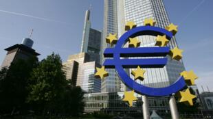 La réunion de l'Eurogroupe se tiendra mardi 7 juillet avant le sommet des chefs d'État ou de gouvernement des 19 prévu à 18 h 00 à Bruxelles.