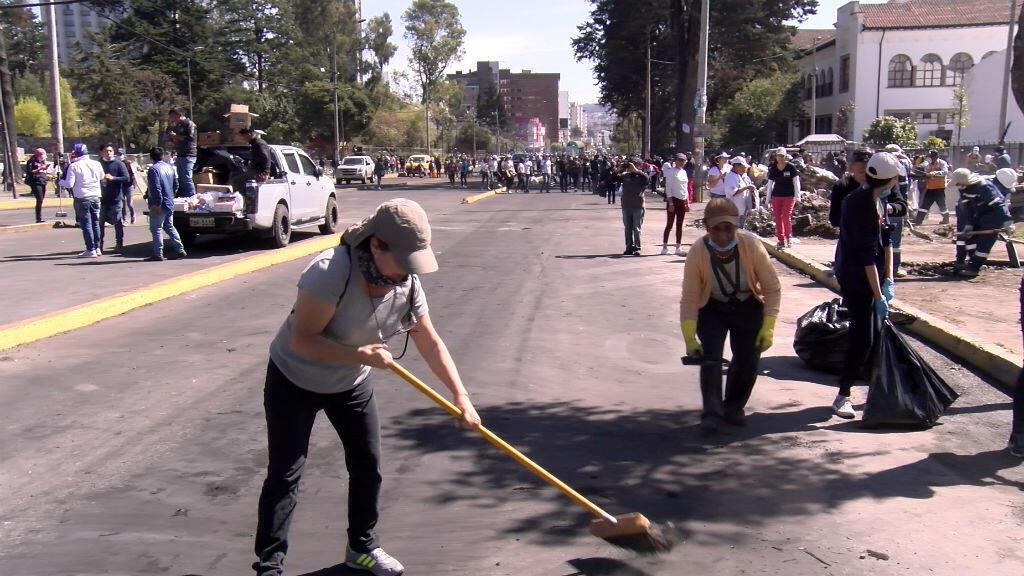 Cientos de indígenas emprendieron una brigada de limpieza el 14 de octubre de 2019 en Quito, Ecuador.