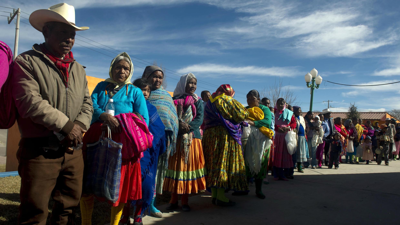 Personas esperando recibir asistencia médica en la ciudad de Guachochi, estado de Chihuahua, el 20 de enero de 2012.