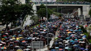 """Cientos de maestros en Hong Kong se unen a una manifestación para """"proteger la nueva generación"""", en medio de demandas democráticas frente a China, el 17 de agosto de 2019."""