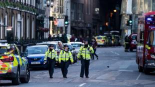 Des policiers dans une rue proche du Borough market, à Londres, le 4 juin 2017.