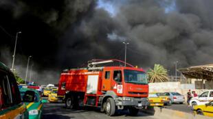 Une épaisse fumée noire se dégageait du principal dépôt de bulletins de vote en Irak, à l'est de Bagdad.