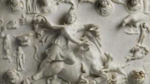 ميثرادانيس يضحي بالثور - رخام من قسم الآثار الشرقية أعاره متحف اللوفر للمتحف الوطني الإيراني بطهران