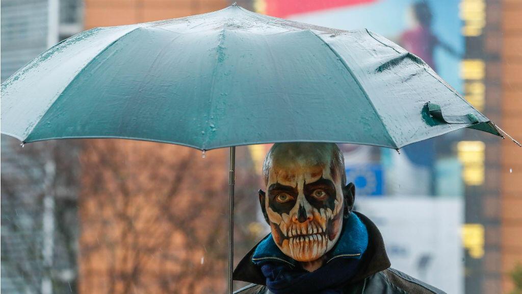 De calavera se disfrazó un ciudadano durante una manifestación contra la extensión de cinco años a la licencia para el herbicida glifosato que propuso la Comisión Europea.