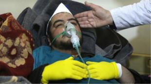 Un homme reçoit son traitement après l'attaque chimique ayant touché Khan Cheikoun, le 4 avril 2017.