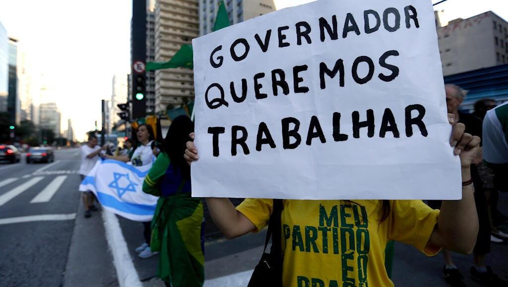 Un centenar de manifestantes protestaron en las calles de Sao Paulo, Brasil, el 5 de abril en contra de las medidas de aislamiento obligatorio por Covid-19.