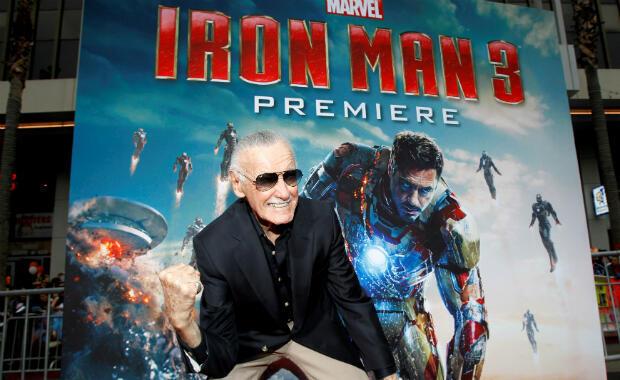 """Foto de archivo de Stan Lee que gesticula mientras posa en el estreno de """"Iron Man 3"""" en el teatro El Capitán en Hollywood, California, EE. UU., el 24 de abril de 2013."""