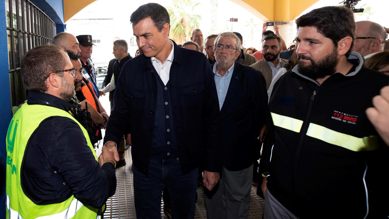 El presidente del Gobierno de España en funciones, Pedro Sánchez, saluda a voluntarios en Los Alcázares, Murcia. 14 de septiembre de 2019.