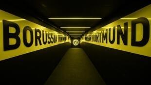 La Bundesliga voit le bout du tunnel, comme celui du club allemand du Borussia Dortmund, menant des vestiaires à la pelouse du Iduna Park le 5 mai 2020 à Dortmund