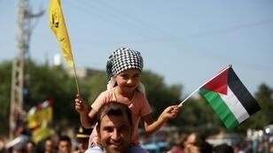 فلسطينيون يتجمعون عند معبر بيت حانون في شمال قطاع غزة في انتظار الترحيب رئيس الوزراء الفلسطيني رامي الحمد الله وصحبه في الثاني من تشرين الأول/أكتوبر 2017