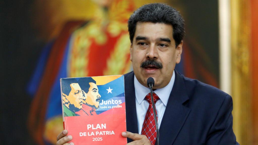 """El presidente de Venezuela, Nicolás Maduro, tiene una copia del """"Plan para la patria 2025"""" mientras habla en una conferencia de prensa en el Palacio de Miraflores en Caracas, Venezuela, el 25 de enero de 2019."""