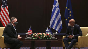 وزير الخارجية الأميركي مايك بومبيو (يسار) خلال لقائه نظيره اليوناني نيكوس ديندياس في تيسالونيكي في 28 أيلول/سبتمبر 2020.