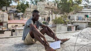 Kervens Casséus, liceal de 20 años, estudia en el techo de la casa de su tía, el 18 de febrero de 2021 en Puerto Príncipe