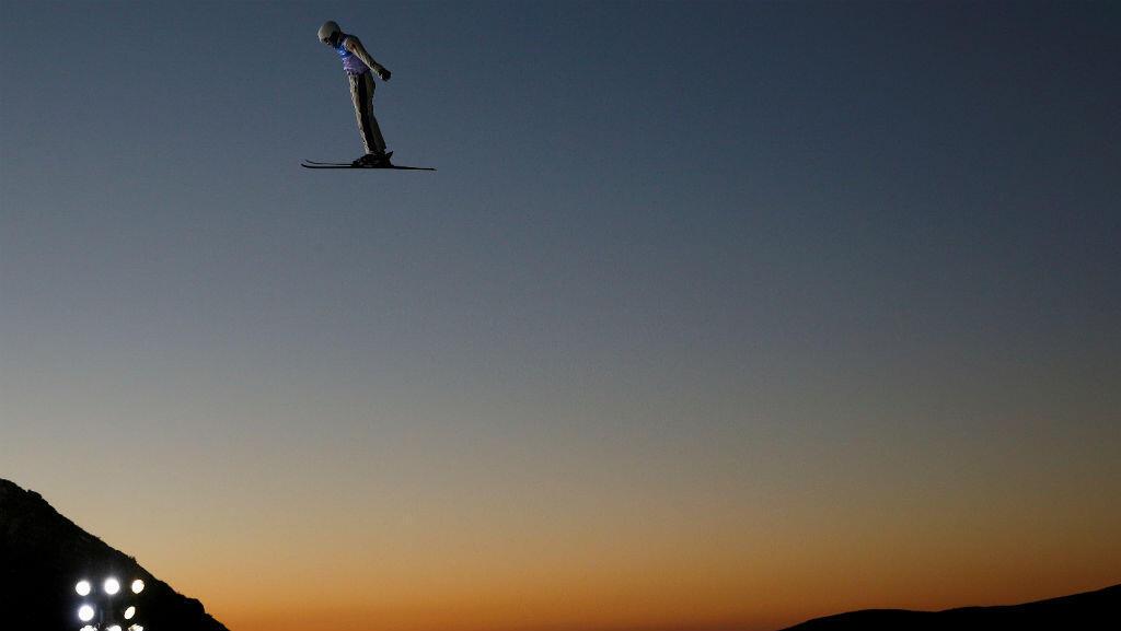 La captura en pleno atardecer durante un entrenamiento en el mundial de Snowboarding en Sierra Nevada, España.