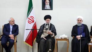 L'ayatollah Ali Khamenei assis entre le président iranien Hassan Rohani et le ministre des Affaires étrangères Mohammad Javad Zarif, le 15 juillet 2018, à Téhéran.