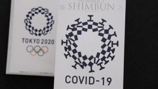 La couverture de Number 1 Shimbun, le magazine du Club japonais des correspondants étrangers, photographiée à côté du logo des Jeux olympiques de Tokyo le 21 mai 2020
