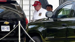 الرئيس الأميركي دونالد ترامب أثناء توجهه من البيت الأبيض إلى موكبه للتوجه إلى ناديه للغولف في فيرجينيا في 19 تموز/يوليو 2020