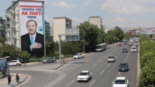 """دعاية انتخابية للرئيس التركي رجب طيب أردوغان في شوارع أنقرة عليها شعار """"حزب العدالة والتنمية يمكن أن يفعلها مجددا"""" - صورة في 4 يونيو/حزيران 2018"""