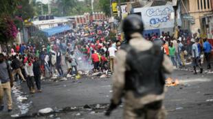 Las personas participan en una manifestación exigiendo la renuncia del presidente Jovenel Moïse, en Puerto Príncipe, Haití, el 27 de septiembre de 2019.