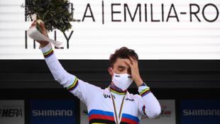 Grosse émotion pour Julian Alaphilippe champion du monde de cyclisme sur route, à Imola, le 27 septembre 2020
