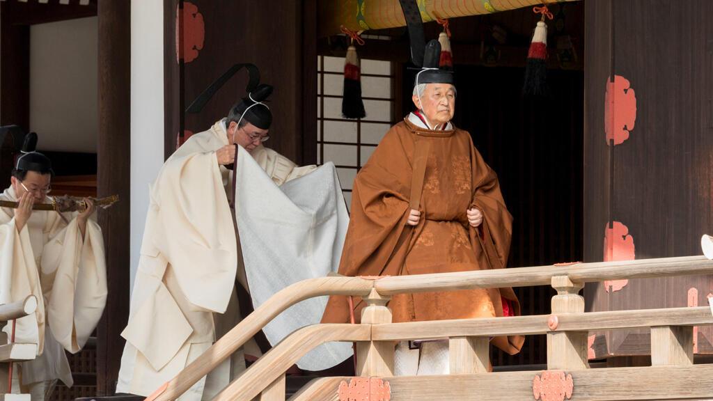 El emperador de Japón, Akihito, camina durante un ritual en el Palacio Imperial de Tokio, en esta foto tomada el 12 de marzo de 2019.