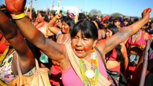 Una mujer indígena participa en una marcha para exigir respeto por sus derechos y protestar contra el presidente de Brasil, Jair Bolsonaro, y las políticas del gobierno federal contra los pueblos indígenas, en Brasilia, Brasil , el 13 de agosto de 2019.