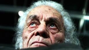 Fotografía de archivo fechada el 8 de agosto de 2001 del escritor chileno Nicanor Parra mientras posa en su casa, en Las Cruces, Chile.