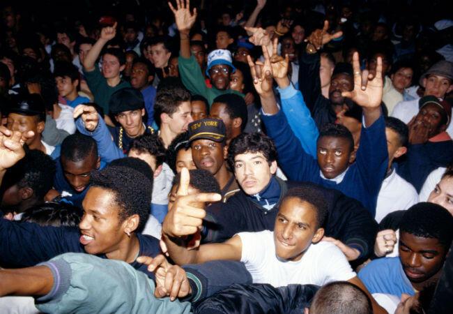 Concert du groupe de rap américain Public Ennemy en 1989, au Globo, à Paris. Avec la présence dans le public d'un certain... Stomy Bugsy (au centre le bras gauche en l'air).