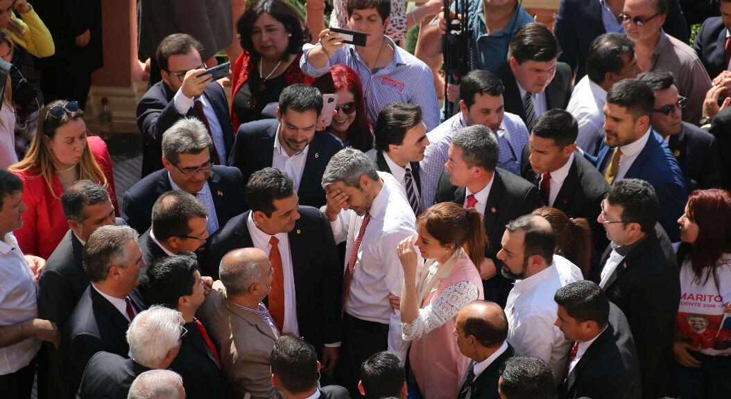 El presidente de Paraguay, Mario Abdo Benítez, y la primera dama, Silvana López Moreira, el 1 de agosto de 2019, a su llegada al Palacio de López,donde se encontraban cientos de simpatizantes que le ofrecieron su respaldo en la primera gran crisis de su gobierno.
