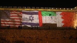 أعلام الولايات المتحدة والإمارات والبحرين وإسرائيل في المدينة القديمة في القدس بتاريخ 15 أيلول/سبتمبر 2020