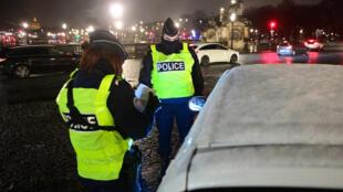 Des policiers procèdent à des contrôles routiers le soir du couvre-feu national à 18H00, le 16 janvier 2021 à Paris