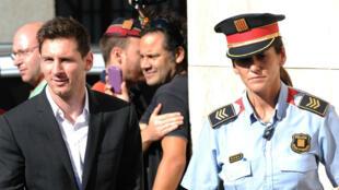 Lionel Messi, en compagnie de son frère Rodrigo (à gauche).