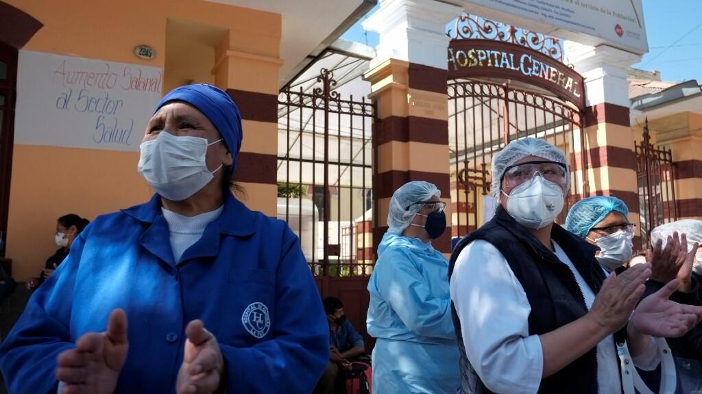 Los trabajadores de salud protestan afuera de un hospital, ya que exigen salarios más altos y mejores condiciones de trabajo, en La Paz, Bolivia, 16 de junio de 2020.