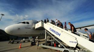 Des passagers embarquent à bord d'un vol de Turkish Airlines, le 16 mai 2013 à Hatay, en Turquie.
