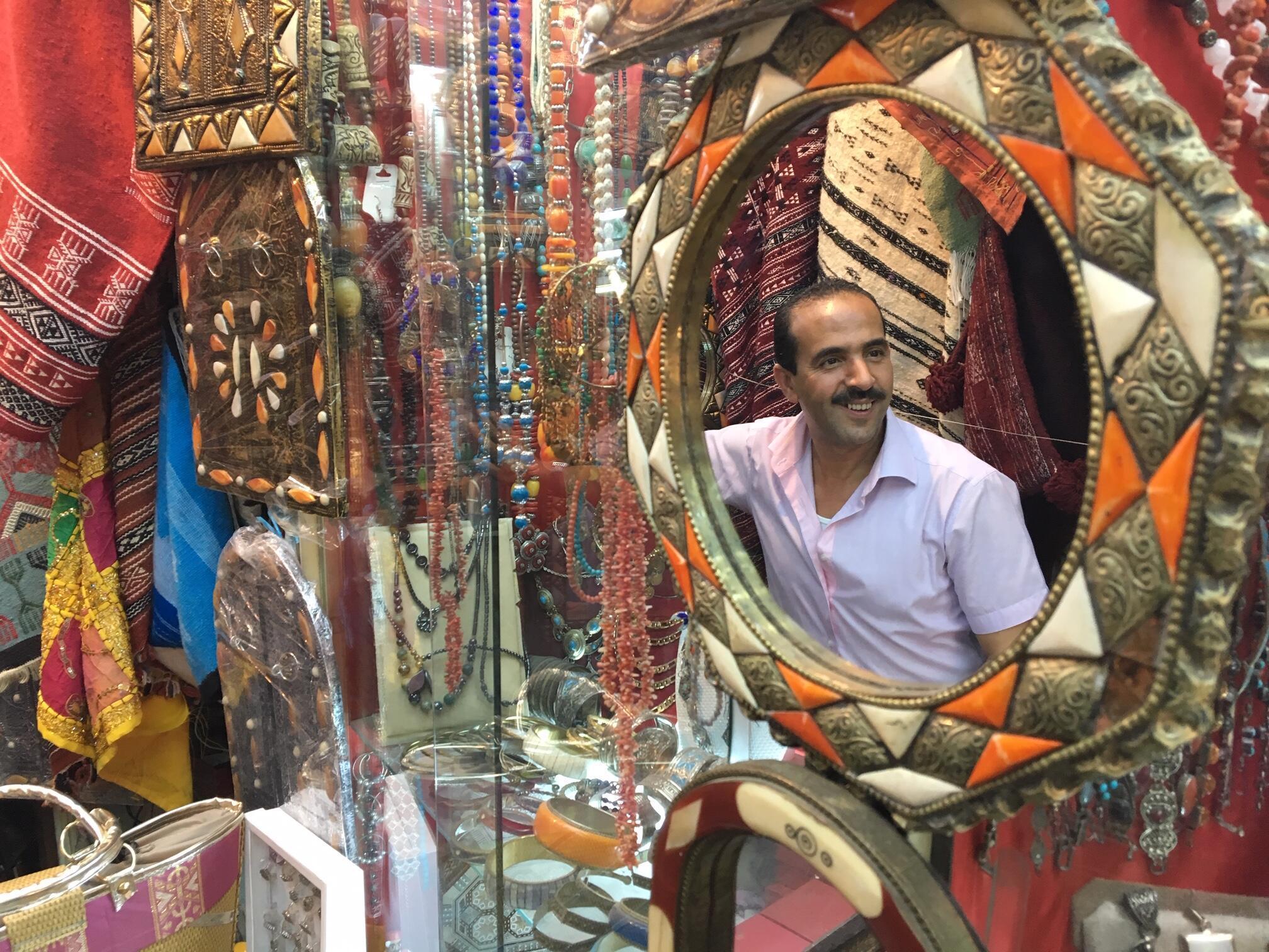 """Abdel Karim, vendeur de bijoux et tapis dans le souk : """"La Tunisie a 3000ans d'histoire, c'est notre bénéfice."""""""