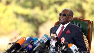 """El expresidente de Zimbabue, Robert Mugabe, hace un gesto durante una conferencia de prensa en su residencia privada apodada """"Blue Roof"""" en Harare, Zimbabue, el 29 de julio de 2018."""