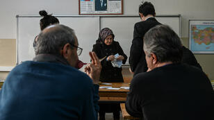 Une femme vote à Istanbul, le 31 mars 2019.