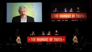 """Julian Assange lors d'une conférence organisée à Auckland, en Nouvelle-Zélande, intitulée """"The Moment of Truth""""."""