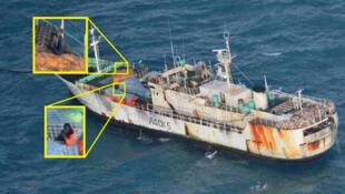 Le FV Naham 3 et son équipage, avec deux pirates à bord, le 18 juillet 2013.