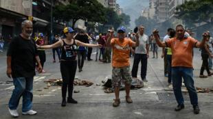متظاهرون يحتجون في شوارع كاركاس على غياب الإنارة والمياه
