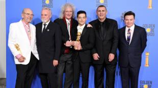 Rami Malek, interprète de Freddie Mercury, entouré des anciens membres du groupe Queen.