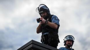 Des membres de la police de Minneapolis lors d'une manifestation, le 27 mai 2020.