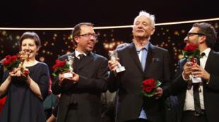 Adina Pintilie, Marcelo Martinessi, Bill Murray y Alonso Ruizpalacios posan con sus 'Osos' durante la entrega de premios en el 68 festival internacional de cine de la Berlinale en Berlín, Alemania, el 24 de febrero de 2018.