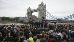 الآلاف من سكان لندن يتجمعون في تكريم لضحايا اعتداء السبت - 5 يونيو/حزيران 2017.