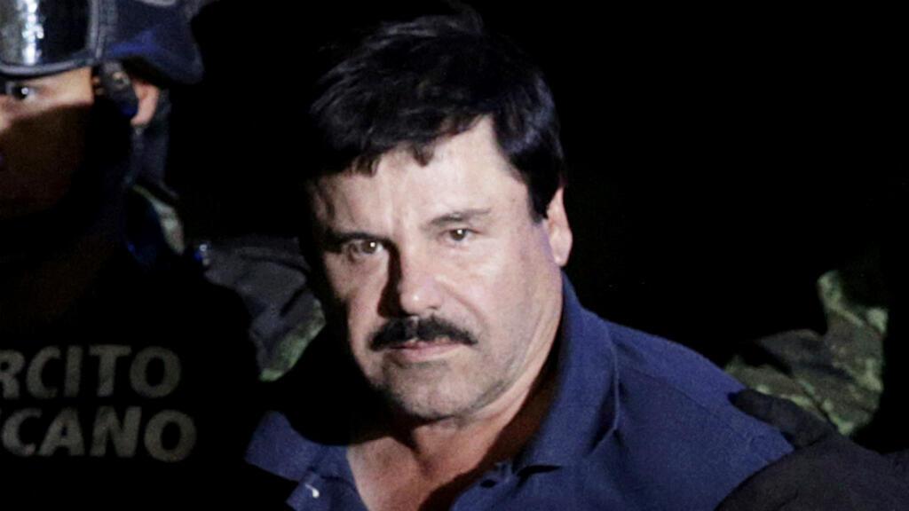 Foto de archivo de Joaquín 'el Chapo' Guzmán escoltado por soldados en el hangar que pertenece a la oficina del Fiscal General en la Ciudad de México, México, el 8 de enero de 2016.