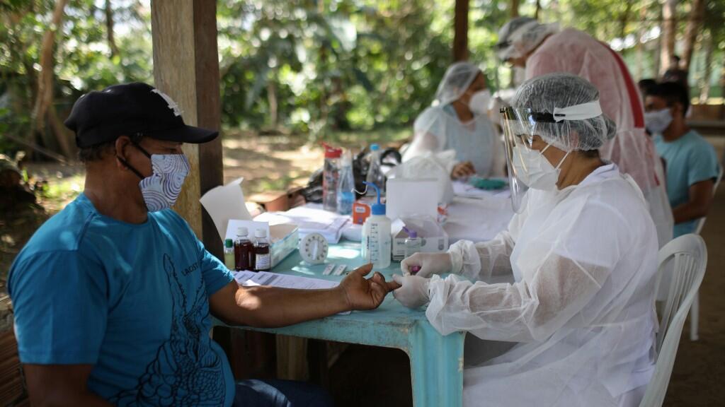 Trabajadores de la salud toman muestras de Covid-19 a habitantes de Manaus, Brasil, el 29 de mayo de 2020.