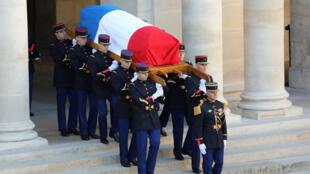 جثمان ميشال بيكولي ملفوفا بالعلم الفرنسي
