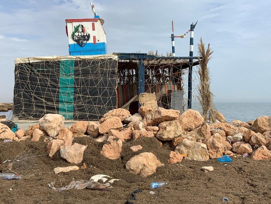 © طاهر هاني فرانس24 |منزل صغير مخصص لصيادي السمك في شاطئ النخلة بصفاقس. يأتون إليه من حين إلى آخر لـ