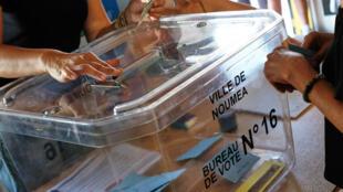 Bureau de vote de Nouméa lors du référendum d'indépendance le 4 novembre 2018.